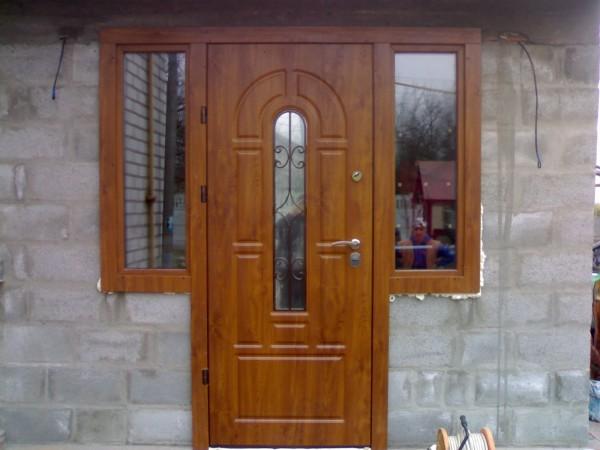 Вхідні двері зі склопакетом та ковкою