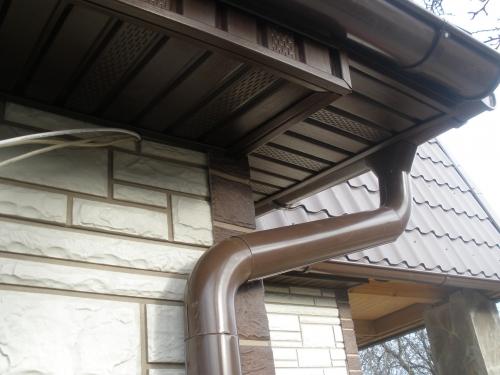Виниловый софит - этот материал специально предназначен для подшивки карнизов крыши.