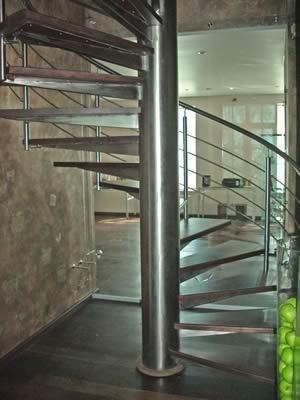 Винтовая нержавеющая лестница с перилом.