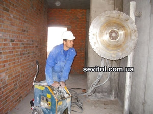 Вырезание проемов в стенах, демонтаж перегородок