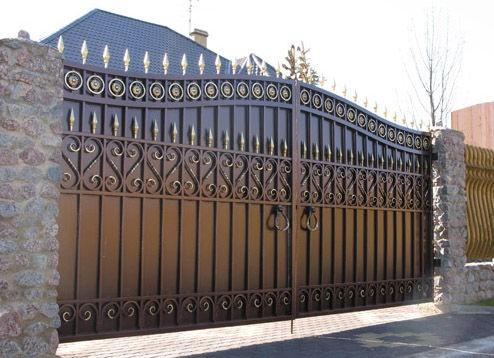 Ворота распашные из гладкого металла, профнастила, металлического штакетника