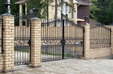 ворота распашные с кованными элементами