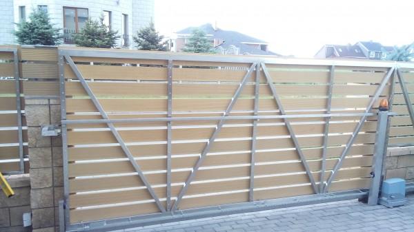 Ворота раздвижные их нержавеющей стали с наполнениемтеррасной доской.