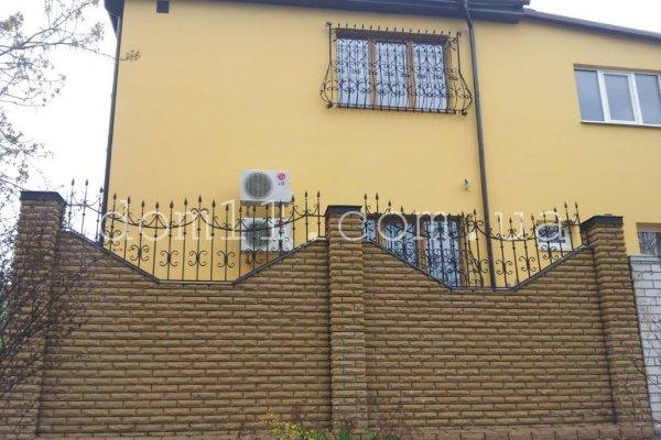 Фото  1 Забор из кирпича с коваными элементами 1437486