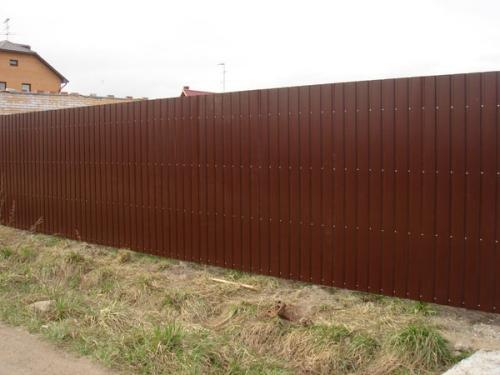 Забор из профлиста, металлические столбы, между столбами профнастил.