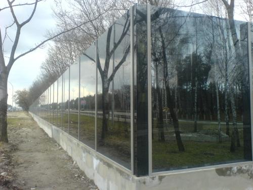 Забор из стекла.