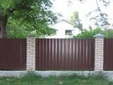 Забор, ограждение и все комплектующие.
