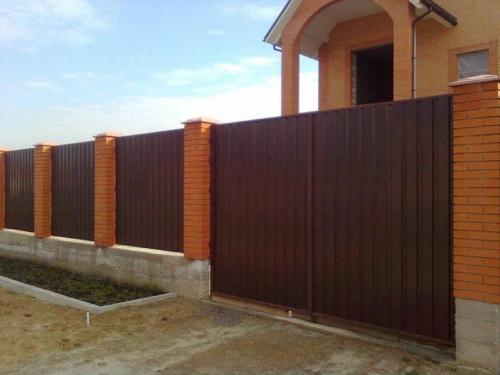 забор профильный с кирпичными столбами