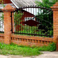 забор с кованной решёткой