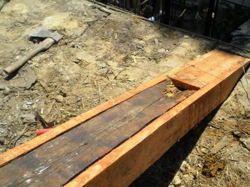 Замена старого покрытия на новое, частичная или полная реконструкция необходимых частей стропильной системы.
