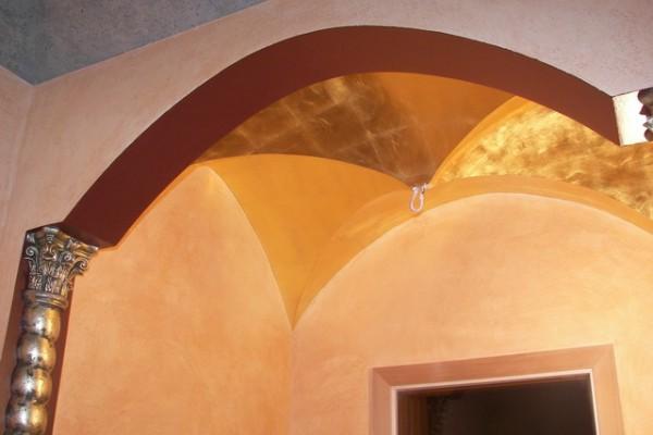 Золочение потолка поталью